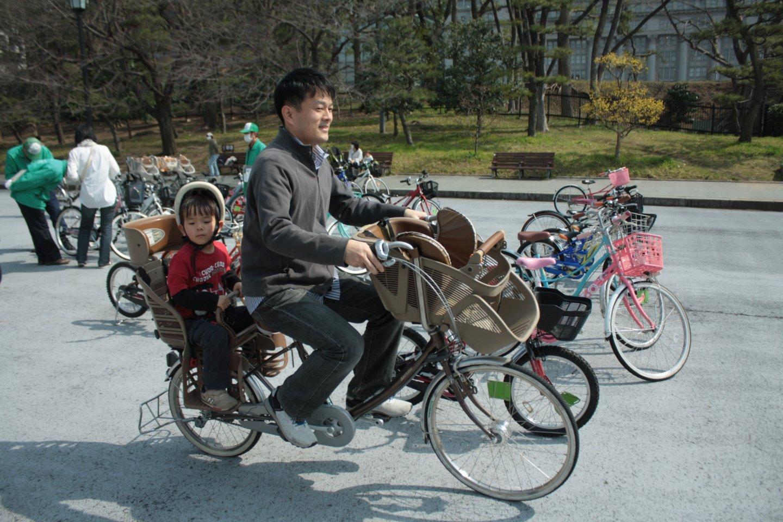 ครอบครัวสุขสันต์กับจักรยานสีเทา