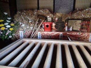 このお寺は足腰の病気平癒祈願で人気である。なので、賽銭箱の左後ろには草履や松葉杖をよく見かける。