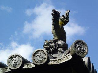 Patung diukir di atap untuk melindungi dari api.