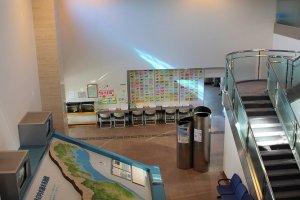 1階エントランスには福井県全体のジオラマがある。ボタンを押すと、あらゆる淡水魚の詳しい解説動画がモニターに映し出される