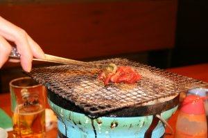 焼き肉レストランが初めての方へ。 まず熱した炭が入った七輪がテーブルに運ばれてくる。