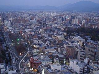 Tầng quan sát chỉ cao khoảng 100m; tuy nhiên, vì Kyoto hầu như không có các tòa nhà cao tầng nào khác ngoài nhà ga, bạn có thể chiêm ngưỡng bức tranh tuyệt đẹp của thủ đô văn hóa với ít chướng ngại vật nhất. Vào một ngày trời quang đãng, các ngọn núi Higashiyama và Arashiyama có thể nhìn thấy ở phía đông và phía tây và bạn có thể may mắn khi thấy một số tòa nhà ở Osaka.
