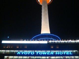 Biển hiệu đèn neon của khách sạn Kyoto Tower bên dưới tòa tháp
