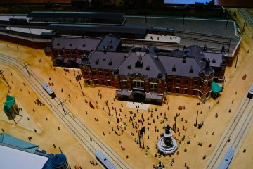 <p>The original Manseibashi Station can now only be viewed on&nbsp;paintings and an elaborately created&nbsp;diorama inside the former station building, which has been converted into&nbsp;a shopping and dining complex. This is what it looked like from above at the time, with a great&nbsp;statue and tram lines passing by the station.</p>