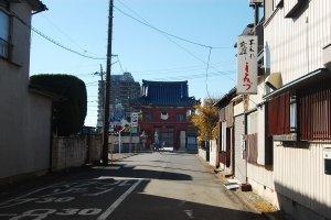 Pemandangan gerbang masuk kuil yang terlihat dari jalan utama.