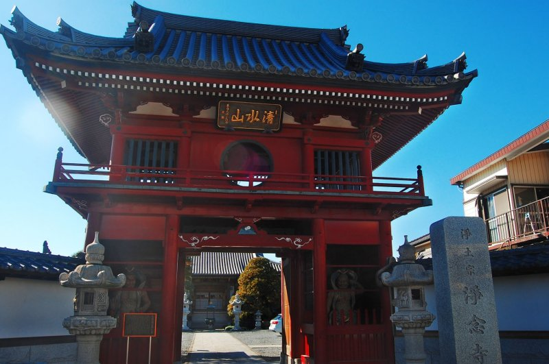 The iconic red gate of Jonen-ji Temple, built in 1701.