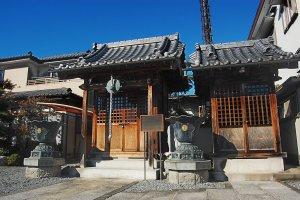 Ketika Anda masuk ke dalam kuil, Anda akan melihat aula berdoa ini di sebelah kanan.
