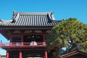 Pemandangan gerbang kuil Jonen-ji dari dalam pelataran kuil.