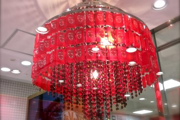 <p>What a gorgeous&nbsp;KitKat chandelier!</p>