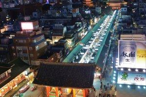 Ảnh toàn cảnh được chụp từ quán cà phê Miharashiya, bao gồm cả đường Kaminarimon bên dưới.