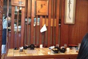 การตกแต่งภายในร้านลงตัว สะอาด มีการแบ่งสัดส่วนและการจัดตำแหน่งโต๊ะทานอาหารเป็นอย่างดี เข้ากับบรรยากาศของร้าน