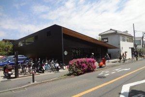 Chỉ mất 2 phút đi bộ từ ga tàu, phía sau Kinokuniya, và dọc từ tòa thị chính