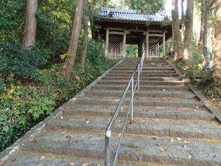 Les escaliers menant à la porte principale
