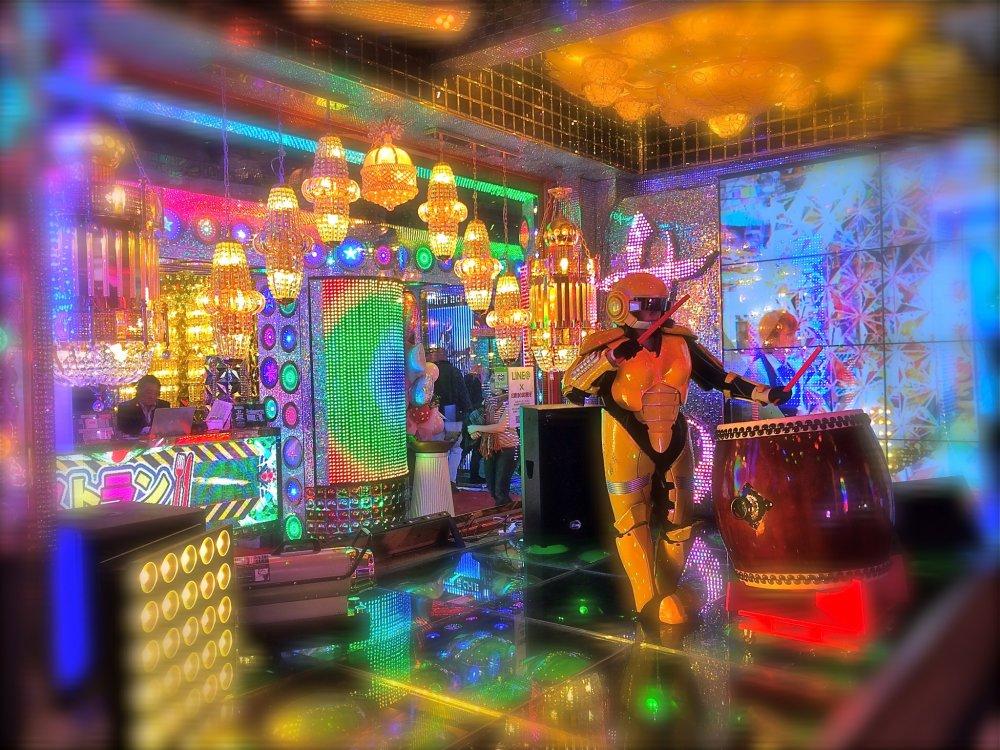 Hiburan dari para penabuh taiko saat berada di antrian untuk membayar tagihan Robot Restaurant