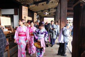 ผู้หญิงญี่ปุ่นกับชุดกิโมโน สิ่งสามารถที่มองเห็นได้ทั่วไปเมื่ออยู่ในวัดแห่งนี้