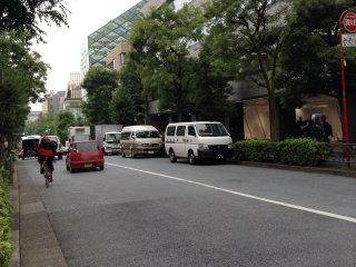 บริเวณทางเดินไปสู่ตึก Prada Building บนถนน Aoyama