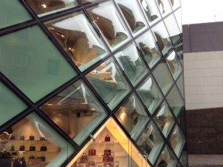 การออกแบบทางเข้าที่เรียบง่าย แต่สามารถสื่อให้ผู้พบเห็นทั่วไปได้เข้าใจถึงประตูทางเข้าหลักของตัวอาคาร