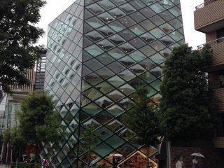 บริเวณด้านหน้าของตึกนั้นดึงดูดสายตาทุกคู่ที่ผ่านไปมาได้เป็นอย่างดี