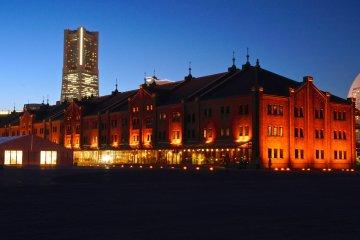 랜드마크타워를 배경으로 항구측에서 바라본 아카렌가 소코 건물