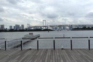 ลานพักผ่อนหย่อนใจที่เงียบสงบซึ่งอยู่ติดอ่าวโตเกียว เป็นสถานที่รับส่งเรือประจำทางอีกด้วย