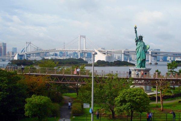 เทพีเสรีภาพ คือของขวัญที่ฝรั่งเศษมอบให้ประเทศญี่ปุ่นนำมาตั้งโชว์ครั้งแรกในปี ค.ศ.1998 และถูกเรียกกลับคืนไปเมื่อครบกำหนดสัญญา แต่ด้วยความสวยงามและเป็นที่ชอบใจของชาวญี่ปุ่น ทางรัฐบาลฝรั่งเศษจึงได้ทำการสร้างเทพีเสรีภาพขึ้นมาใหม่และมอบให้เป็นของ ขวัญแก่โอไดบะจวบจนทุกวันนี้