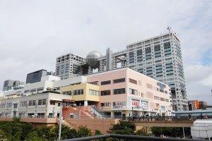 ตึก FUJI TV นั้นเปิดให้เข้าชมฟรี ตัวอาคารออกแบบให้ดูล้ำสมัย อุโมงค์บันไดเลื่อนยักษ์ คือทางเข้าอาคารที่เชื้อเชิญนักท่องเที่ยวให้ขึ้นไปสัมผัสยังอาคารแห่งนี้