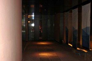 外ドアをくぐるとこのポーチが続く。正面の自動ドアの向こうがロビーとフロント