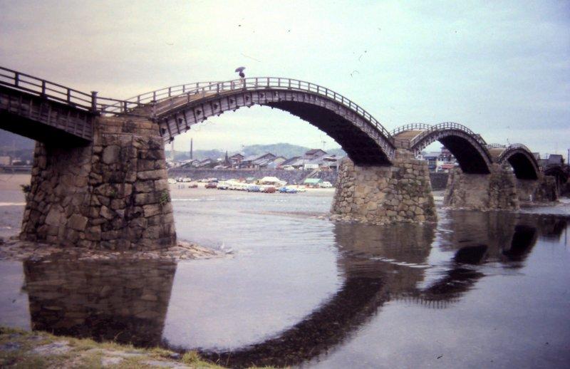 Мост Кинтай состоит из пяти арок.