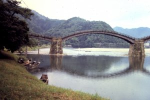 Kintai Bridge was built at the most beautiful river bend, with beautiful scenery all around; mountains, streams and trees large and small.