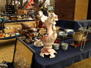 自らを「真の骨董品」を売る蚤の市だと靖国神社骨董市は言う。展示されているこの陶器を買おうとしたが、値切り交渉に入る前に15,000円すると聞いた妻に引っぱられ、泣く泣く退散した。