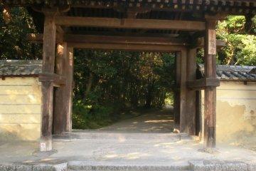<p>south entrance gate to Akishinodera</p>