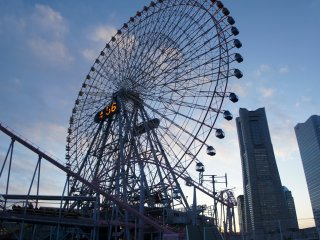 Cosmo Clock 21, thegiant Ferris wheel at the Cosmo World amusement park just next to the Yokohama Landmark Tower. Working at the Landmark Tower, you can see people enjoying down there in the park while you are yawning away in the meetings...