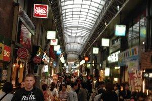 ถนนคนเดินแบบมีหลังคาคลุม Shin-nakamise