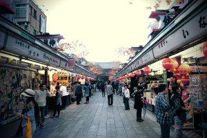 ถนน Nakamise ถนนชื่อดังที่รวบรวมร้านอาหารและของฝาก