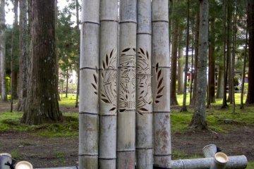 <p>ตราประจำตระกูลของดาเตะ มาสะมุเนะสลักลงบนไม้ไผ่</p>