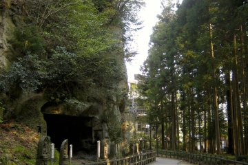 <p>ทางเดินติดกำแพงหินตัดถ้ำข้างถ้ำศาลเจ้าโบราณ</p>