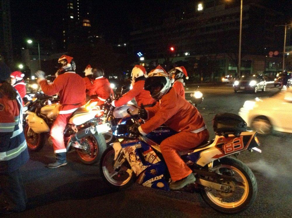 فريق متجول من سانتا بلا تضيف بهجة لرأس السنة الميلادية في الشوارع .