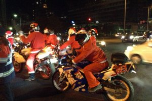 Um grupo de Pais Natal ambulantes trazendo alegria às ruas
