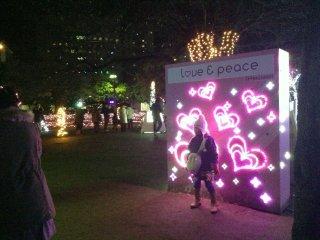 Não seria o Japão se não houvesse algo engraçado. Havia uma fila para tirar fotos no painel de corações.