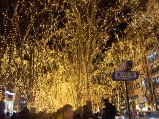 """Três vezes por noite acontece o """"Cintilar de Sendai"""". As luzes são apagadas por um minuto, e soa uma breve mensagem de agradecimento pela visita, e então as luzes são acesas todas ao mesmo tempo. É um momento espetacular."""