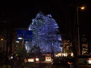 Uma enorme árvore cheia de luzes marca o início do Túnel de Iluminação