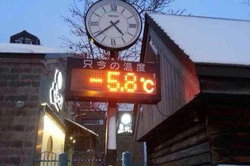 <p>นาฬิกาและเทอร์โมมิเตอร์บอกอุณหภูมิด้านหน้าศูนย์ข้อมูลย่อยบริเวณสะพานAsakusa</p>