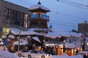สี่แยกหัวมุมคลองโอตารุเต็มไปด้วยร้านค้า สถาปัตยกรรมที่ออกแบบอย่างสวยงามจำนวนมาก