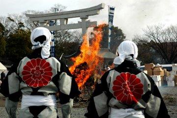<p>Tondo Matsuri on Lunar New Year at Gokoku Jinja</p>