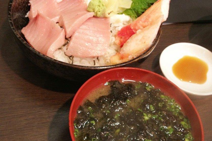 ข้าวหน้าปลาดิบจากร้านในตลาดปลาสึกิจิ ปลาละลายในปากจ้า จริงๆนะ เสริฟพร้อมกับมิโซะซุปสาหร่ายแน่นๆ อร่อยมากค่ะ