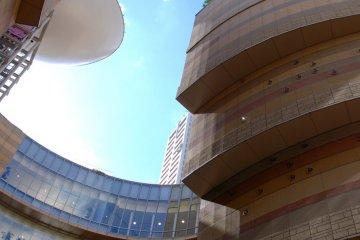 아름다운 기하학적 모양은 복합체의 건축양식을 강조한다