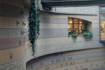 그 공간들은 여러 층의 밀폐된 공간과 오픈 공간이 혼합된 것이다