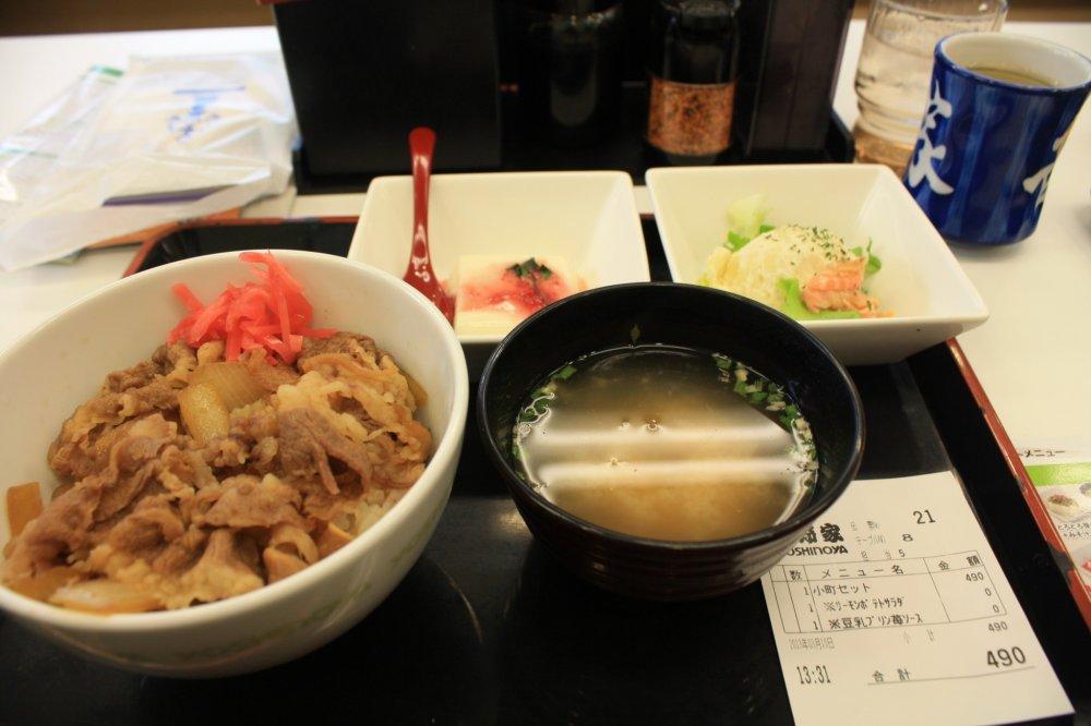แวะเติมพลังที่ร้านระหว่างทางเดิน ร้าน Yoshinoya มีเมนูหลากหลายให้เลือกในราคาต่างๆ ทั้งอร่อย ได้บรรยากาศชาวญี่ปุ่น