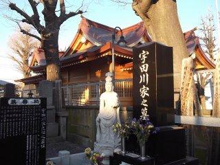 Trong khuôn viên mỗi đền thờ đều có những bức tượng