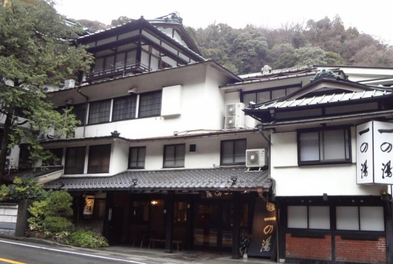 Ichino-yu was established in 1630! You can even see it in a Hiroshige ukiyo-e painting or two. The beautiful, old wooden building is four stories high and built in a simple but complex style